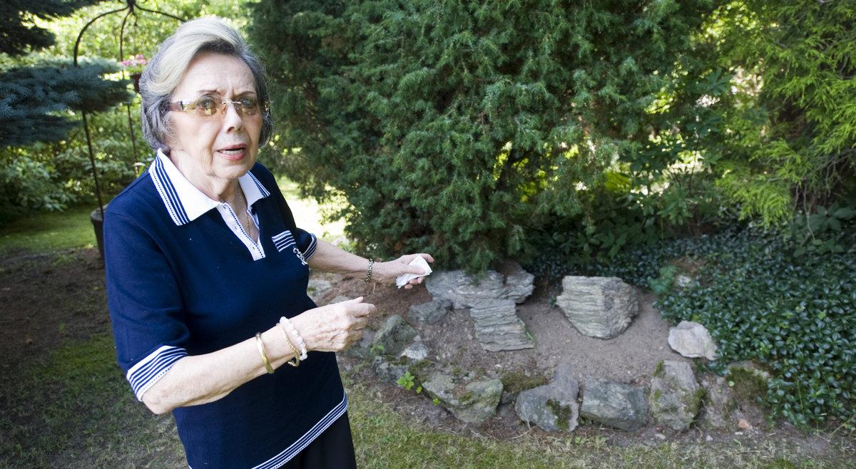 Jiřina Jirásková na zahradě.