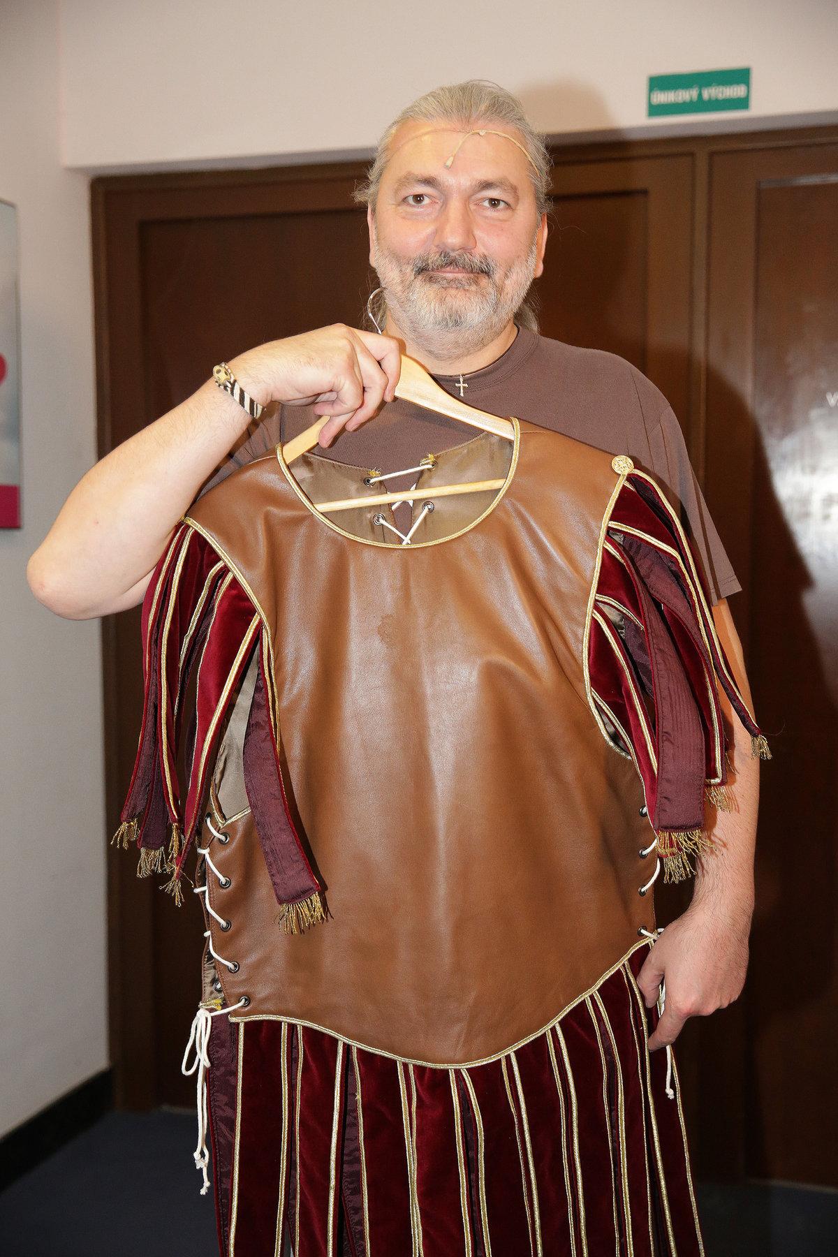 Daniel Hůlka ukazuje kostým na divadelní představení Kleopatra