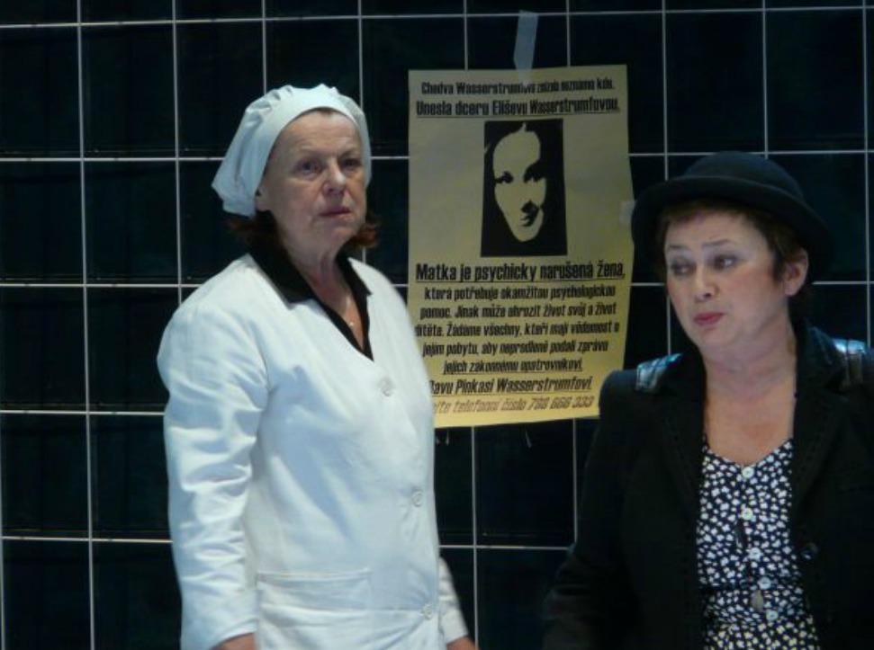 Jana Boušková a Iva Janžurová v inscenaci Mikve ve Stavovském  divadle.