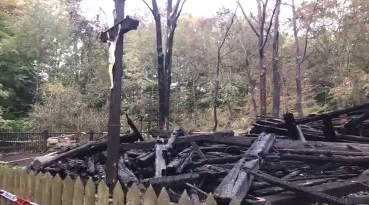Po požáru zůstal z kostela jen kříž.