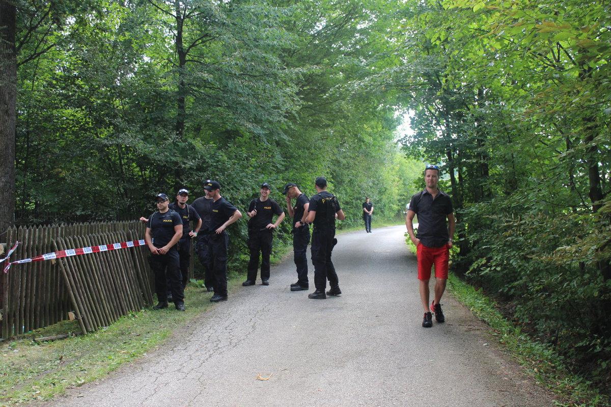 Místo začali prohledávat policisté.