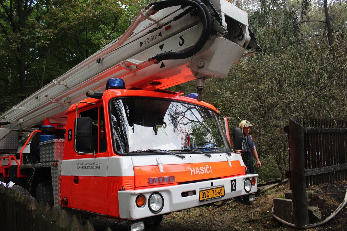 Na místo dorazili hasiči s vysokozdvižnou polšinou.