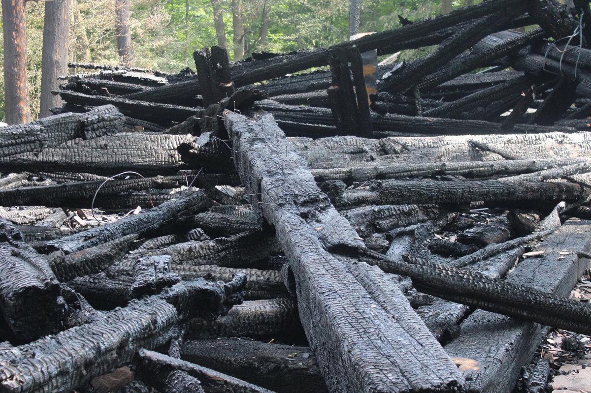 Z kostela zbyly jen ohořelé trosky.