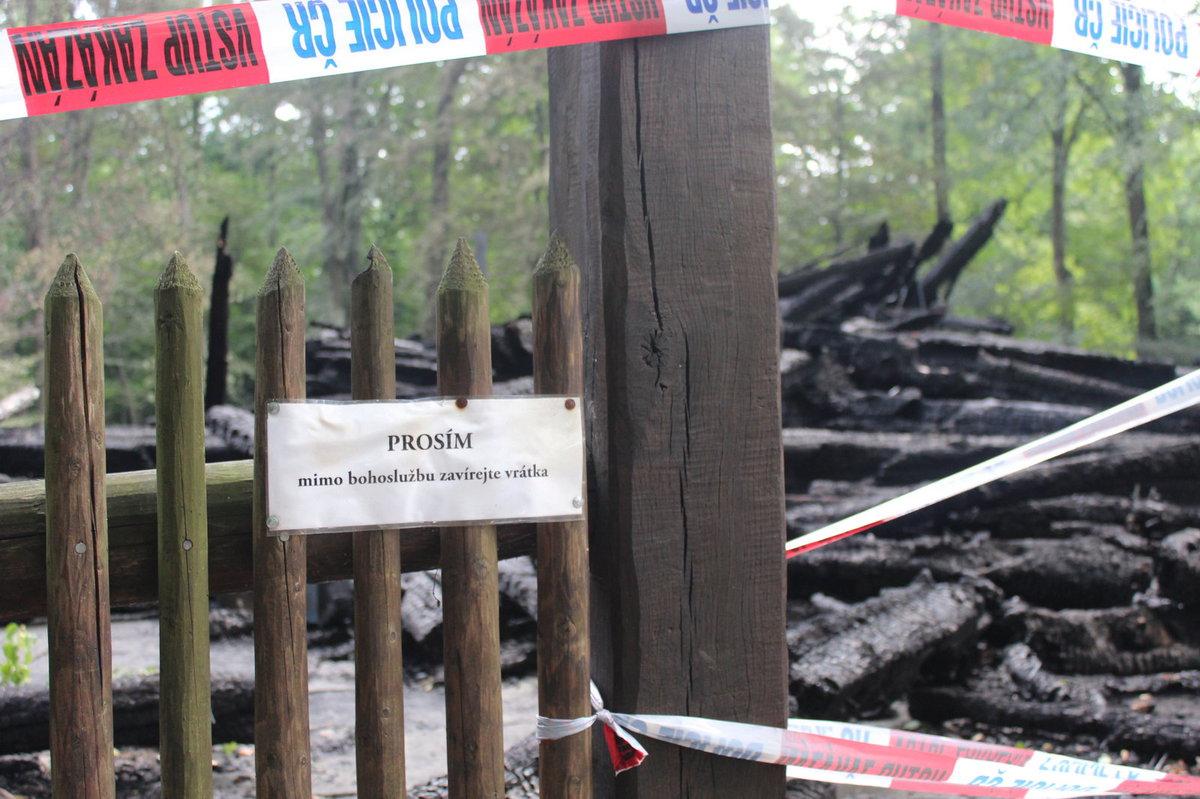 Místo je obehnáno páskou. Policie nyní bude vyšetřovat, co za požárem stojí.