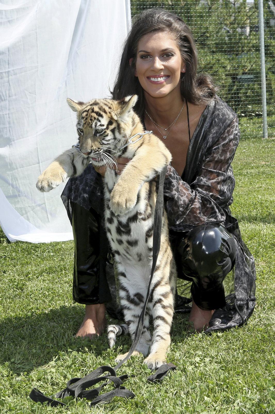 Aneta Vignerová se mazlila s tygříkem.