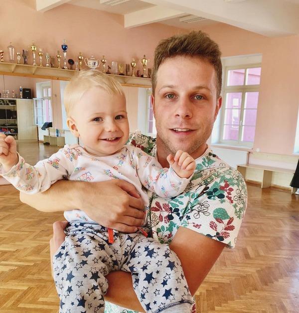 Jan Onder s dítětem v náručí