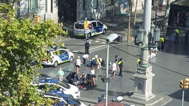 V Barceloně vjelo auto do davu