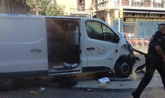 Údajná fotografie dodávky, která v Barceloně najela do davu lidí