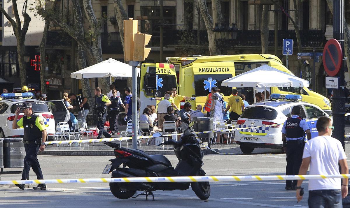 Zdravotníci ošetřují zraněné po útoku v centru Barcelony