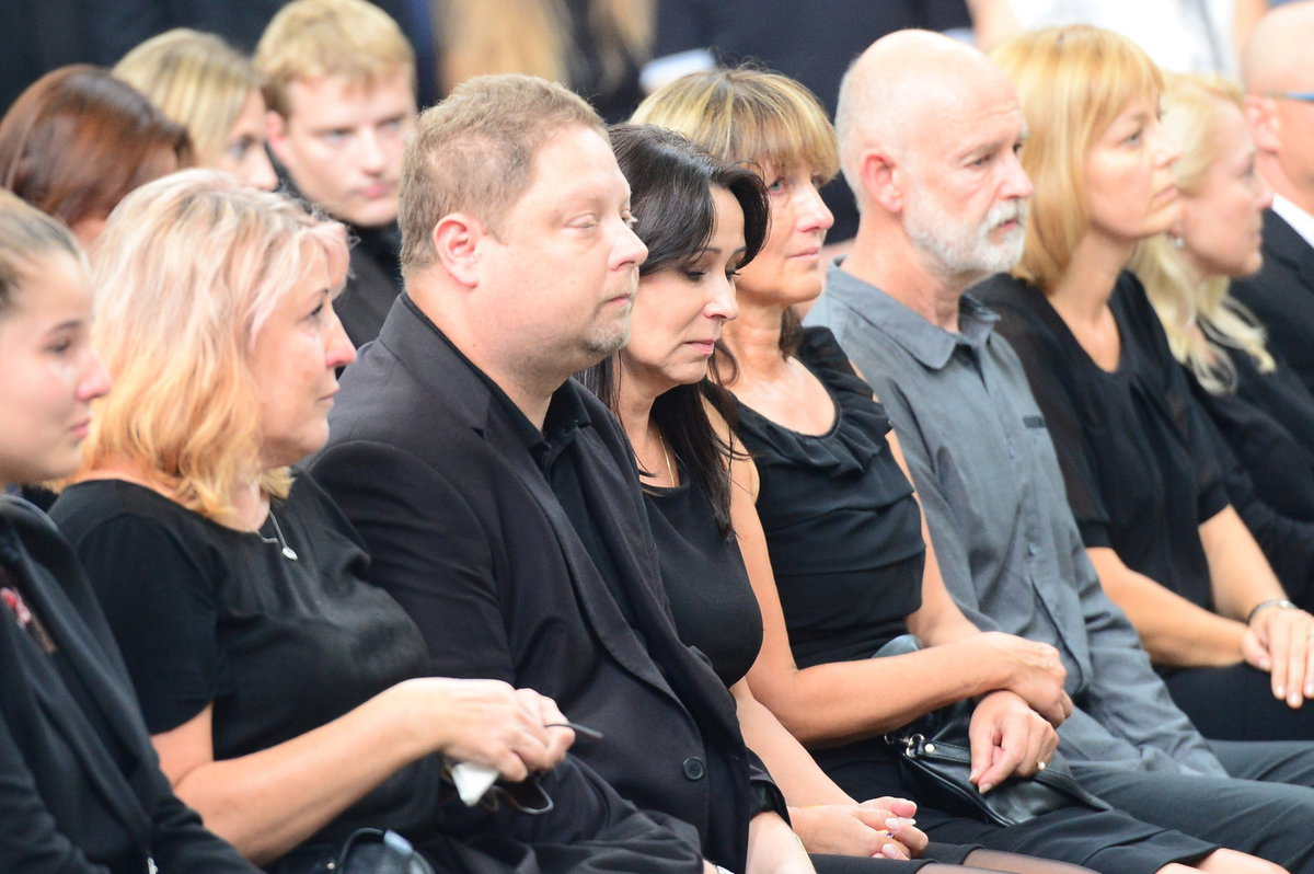Zdrcená Heidi Janků na pohřbu manžela
