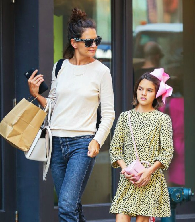 Suri je na nákupech s mámou Katie.