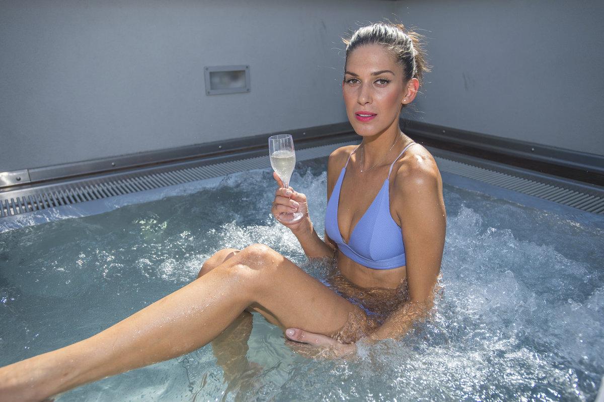 Aneta Vignerová se pochlubila tělem v plavkách a relaxovala v bazénu.