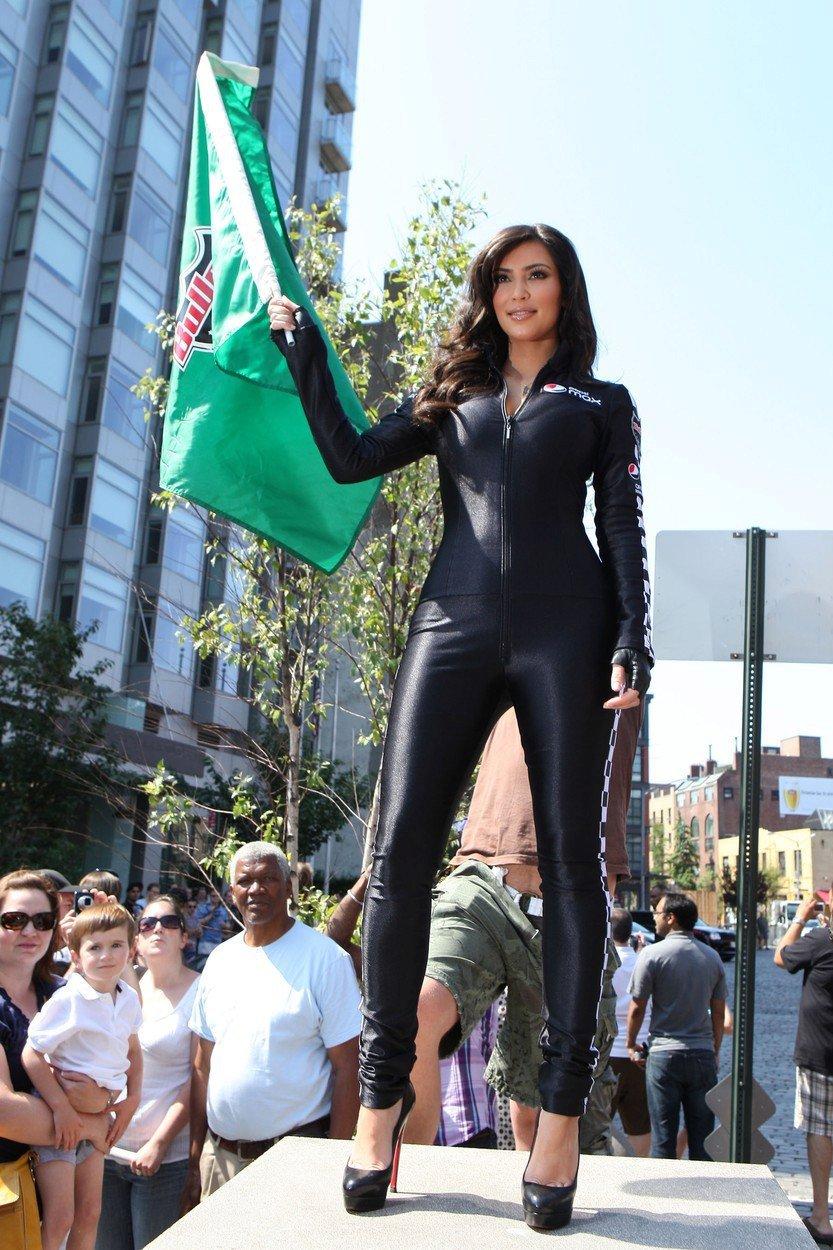 2009 - Sexy obleček si oblékla na zahájení závodu Bullrun.