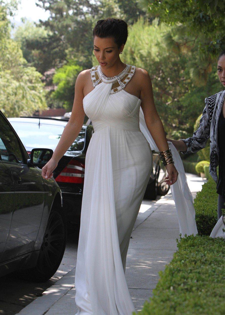 2010 - V bílých šatech šla na udílení cen Emmy.