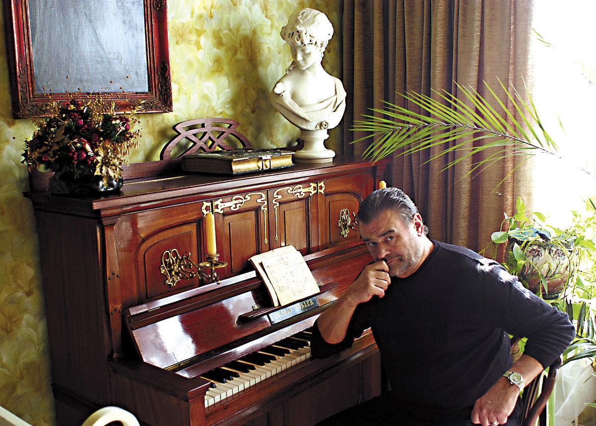 Karel Svoboda u klavíru, na němž hrál a skládal.