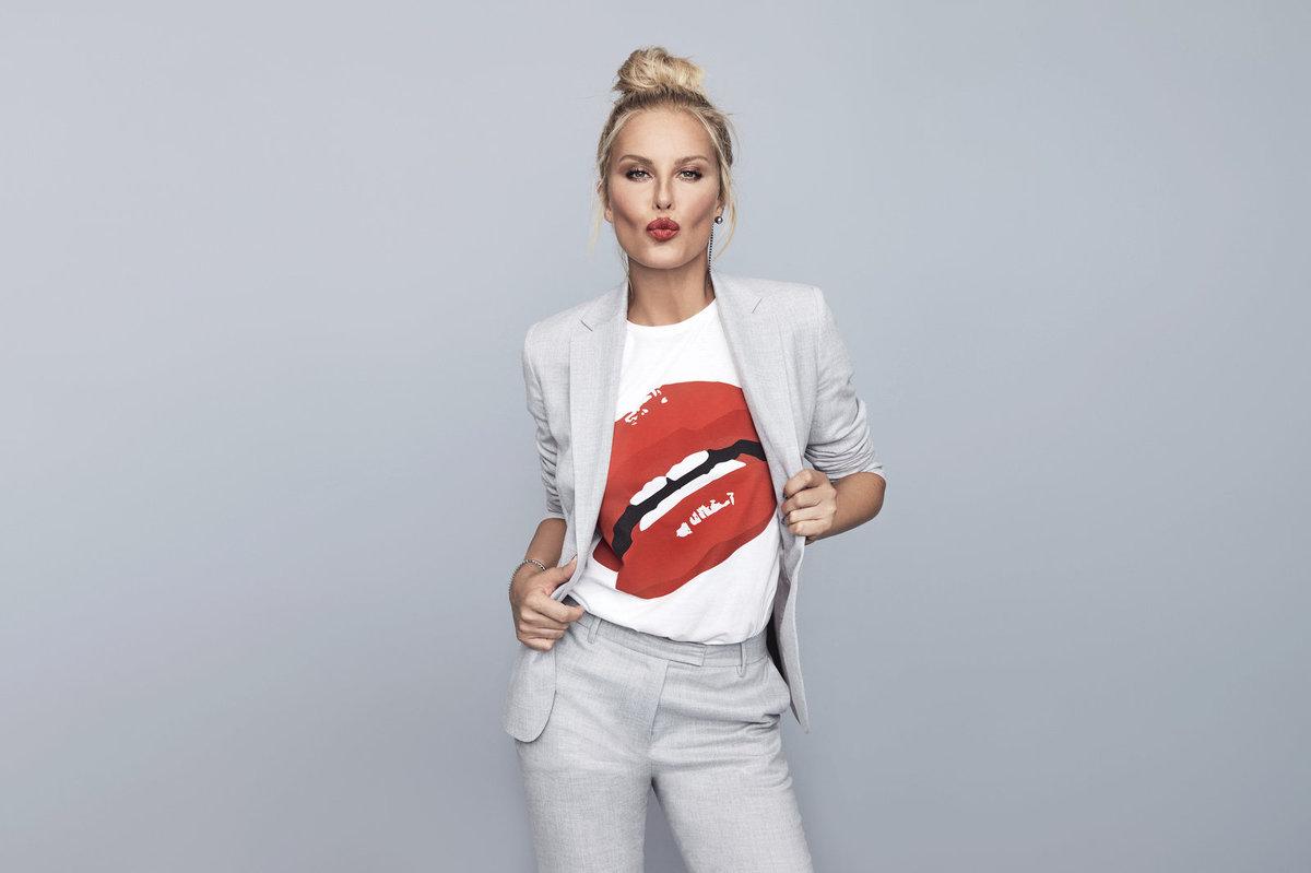 Sexy zajisté: Motiv rudých erotických úst na triku v úzkém, kalhotovém kostýmu. I tohle je variace klasiky. Chybí je Rolling Stones.