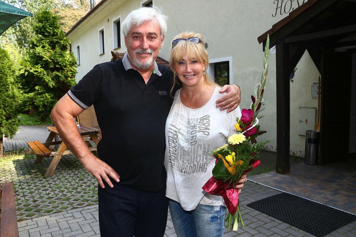 Manželka Zuzana (61) dostala kytičku. S Honzou totiž co nevidět oslaví čtyřicáté výročí.