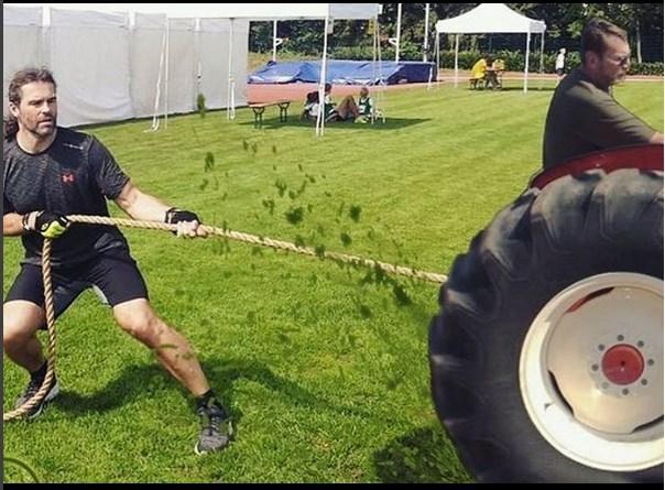 Jaromír Jágr tahal traktor.