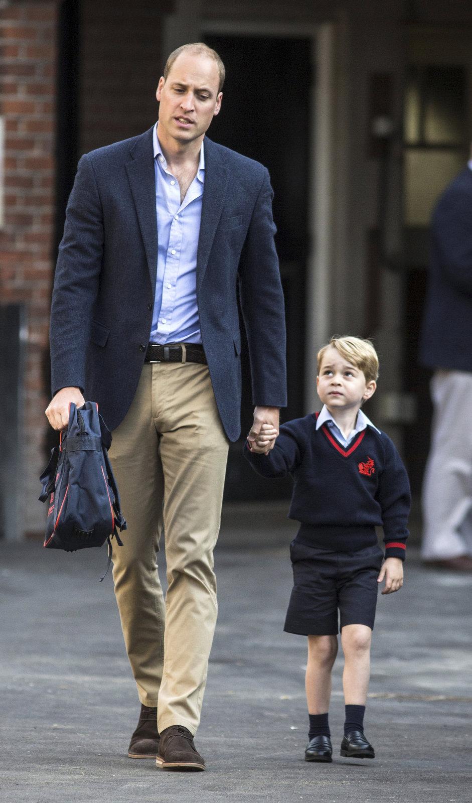 Princ William vede poprvé do školy prince George.