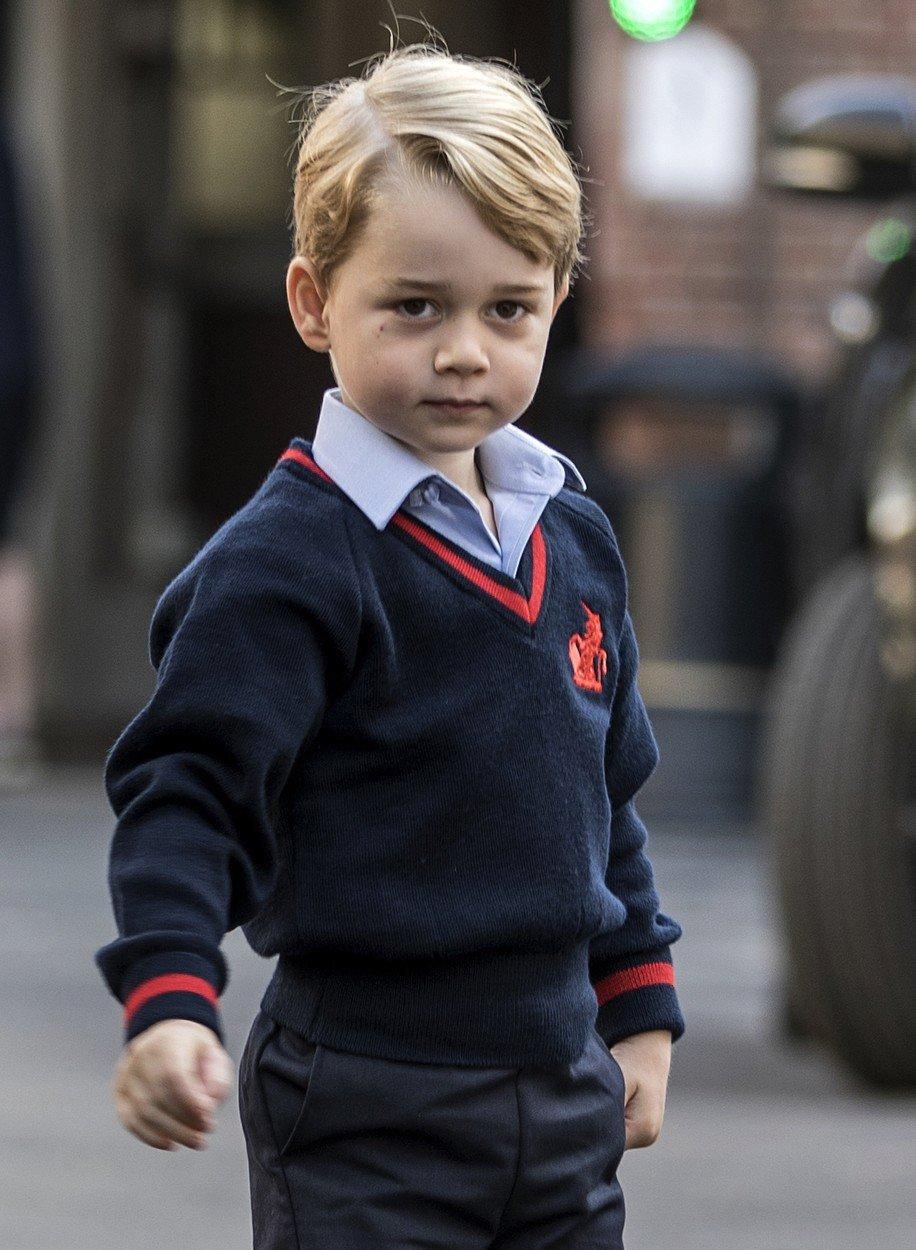 Princ George ve školní uniformě.