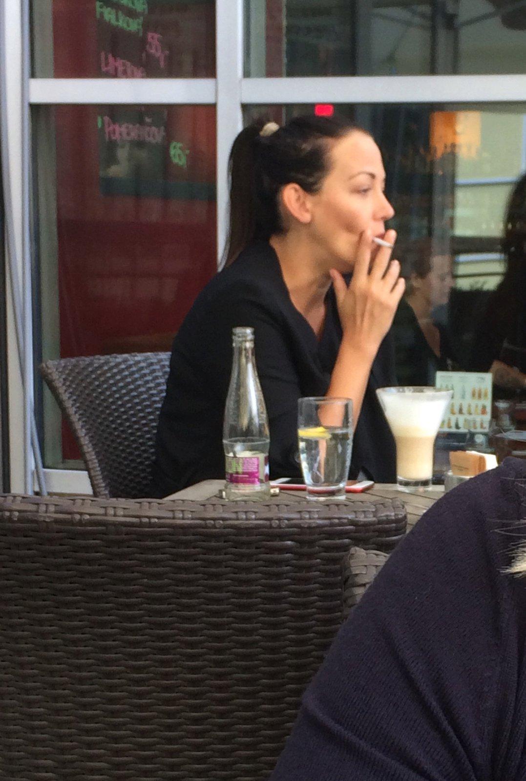 Nad kávou kouřila jednu cigaretu za druhou.