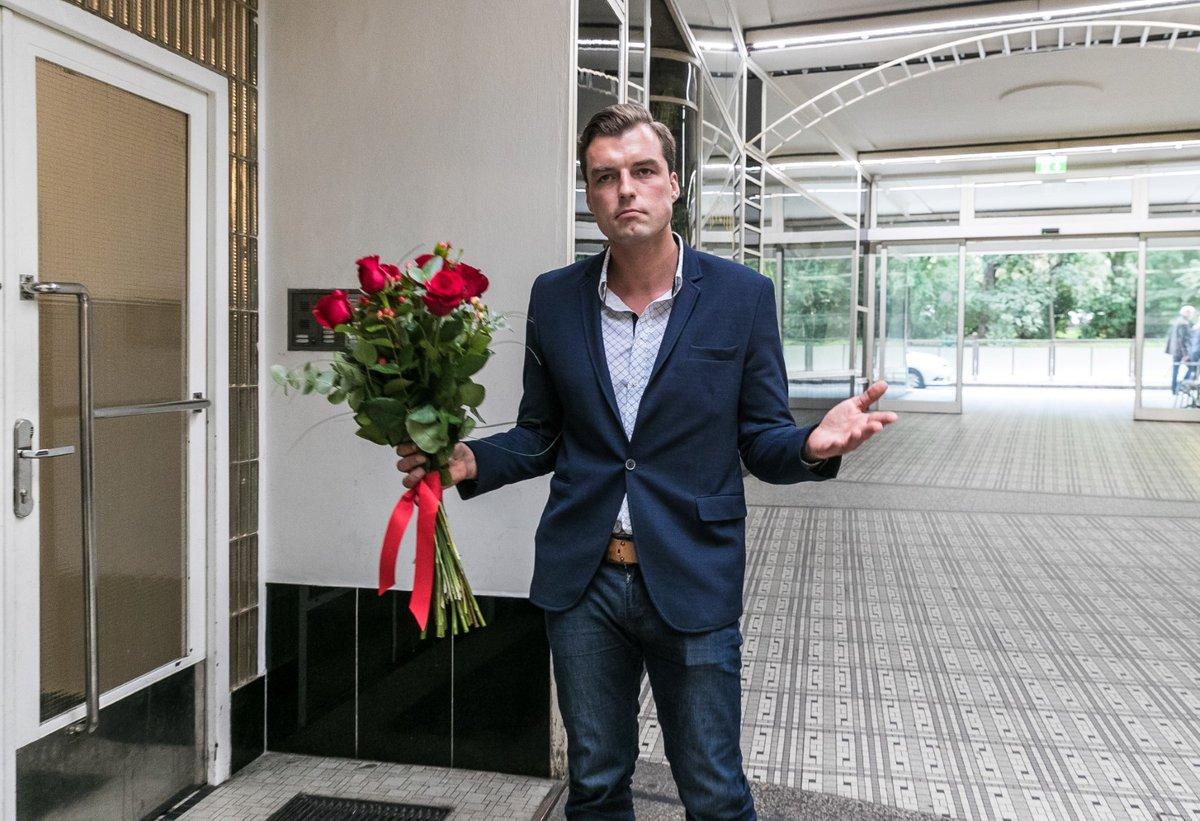 Koptík šel za Gregorovou s kyticí, ta mu ani neotevřela dveře