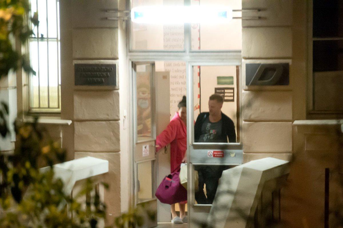 Agátu Prachařovou pustili s porodnice, kam si ji přijel i s dcerou Miou vyzvednou její manžel Jakub.