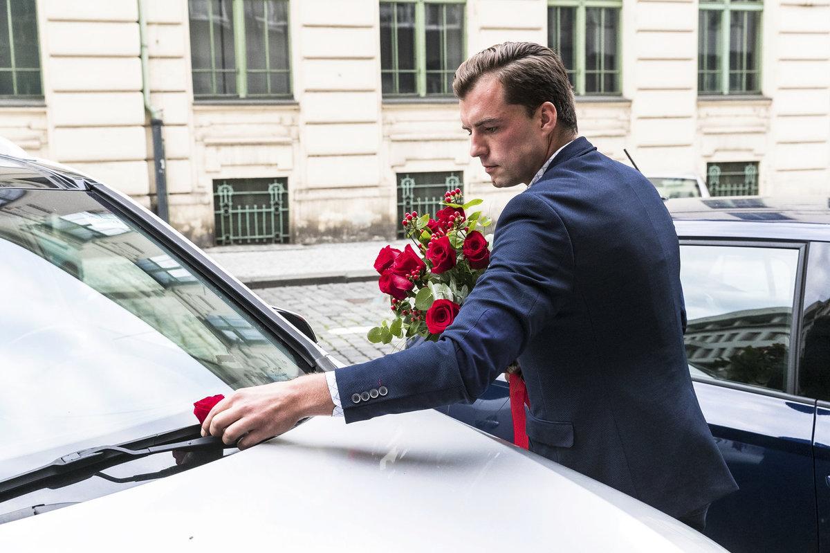 Zhrzený milenec nechal Gregorové za stěračem vzkaz v podobě růže.
