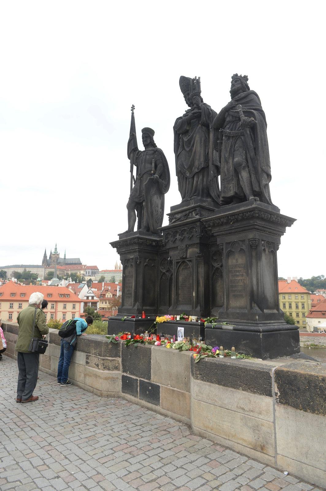 Lidé ze sousoší na Karlově mostě, odkud spadl Jan Tříska, vytvořili pietní místo.