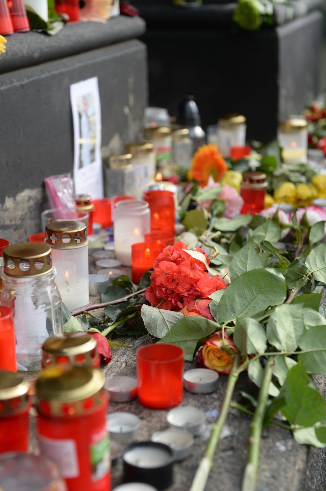 Pietní místo, které lidi vytvořili na památku Jana Třísky.