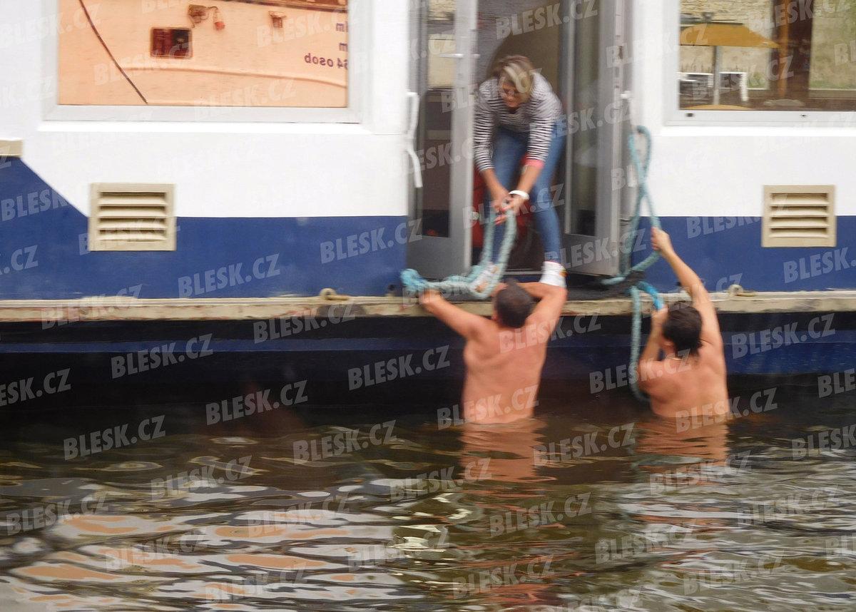 Dva Poláci se snažili bezvládného muže dostat na palubu výletní lodi ze všech sil.
