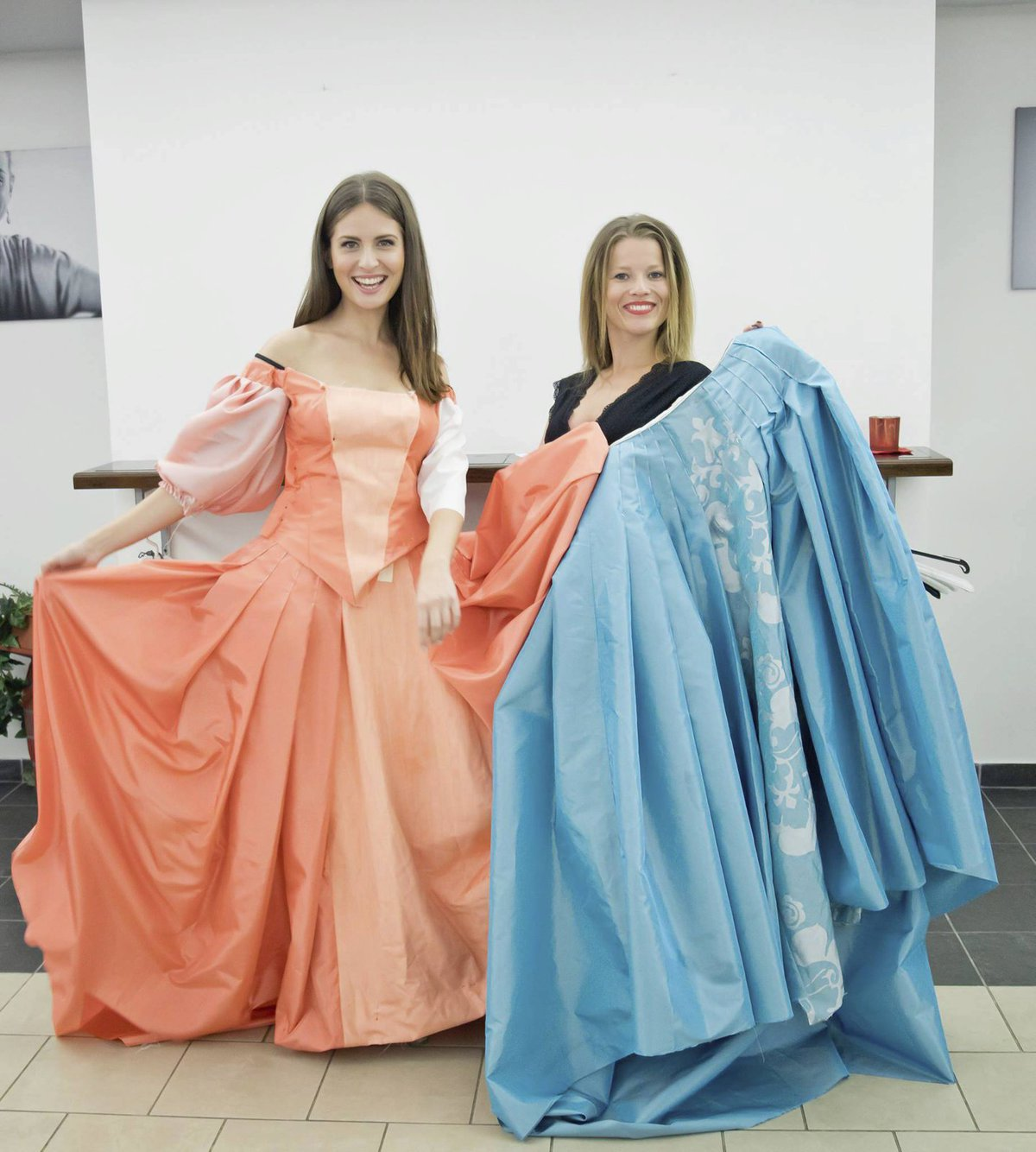 Kostýmní zkouška muzikálu Muž se železnou maskou: Alžběta Bartošová a Michaela Gemrotová