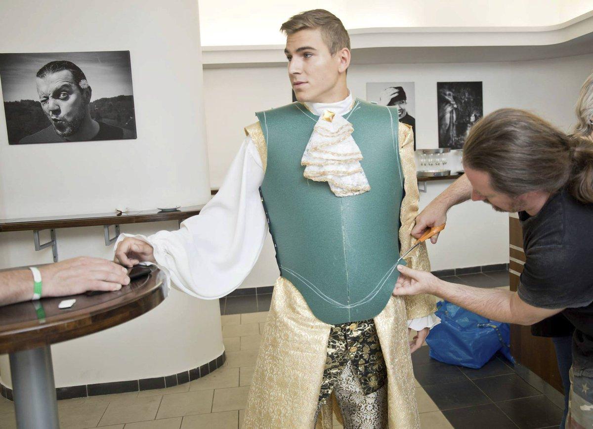 David Gránský si zkouší kostým krále Ludvíka XIV. do muzikálu Muž se železnou maskou