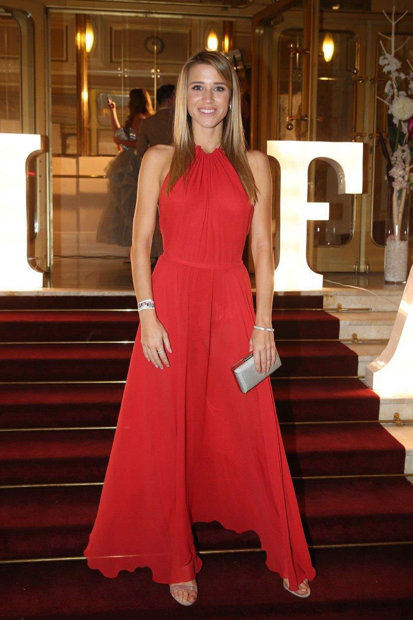 Veronika Kopřivová v rudých šatech.