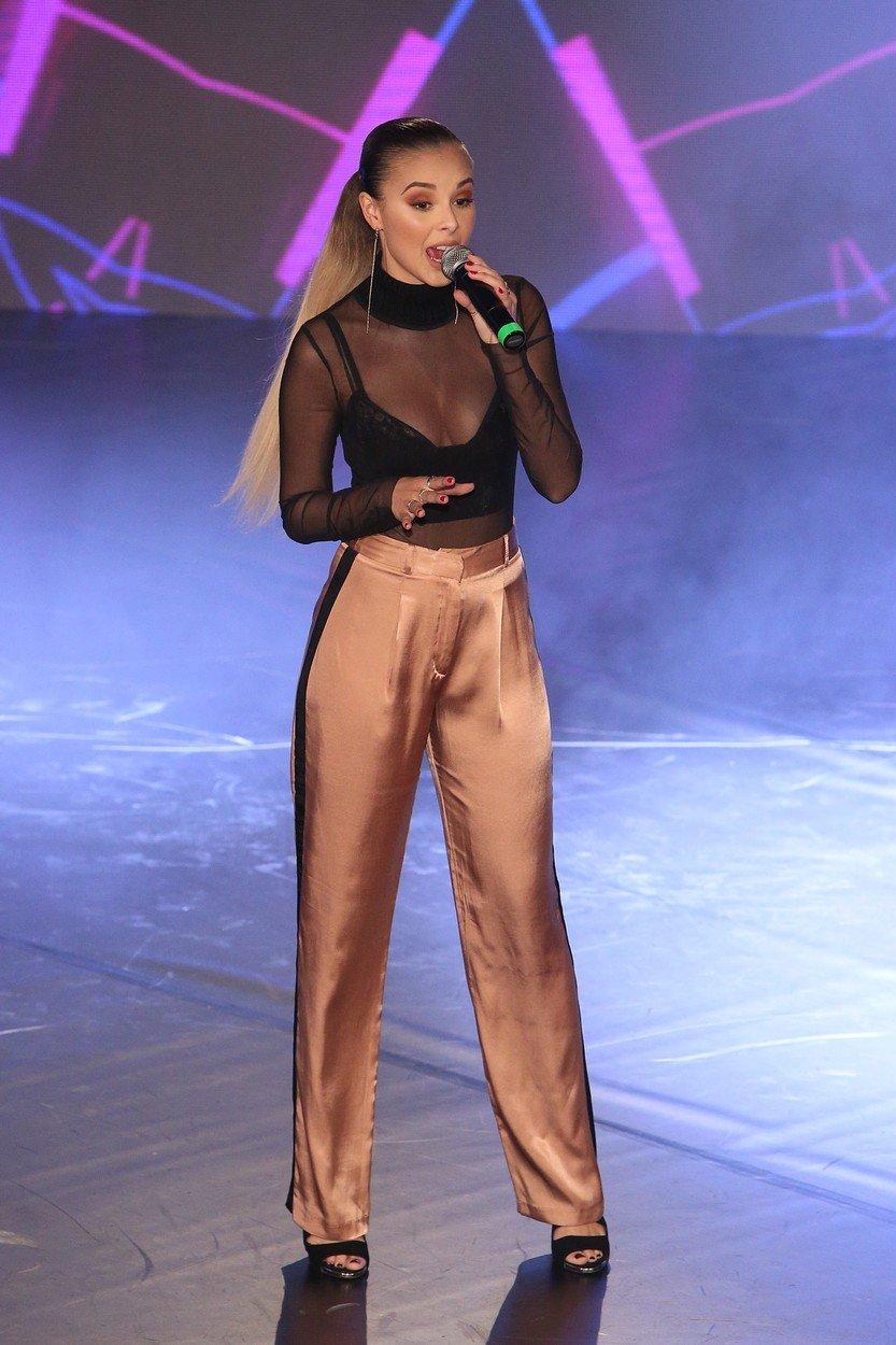 Monika Bagárová oslnila na Miss Face průhledným topem s bujným dekoltem.