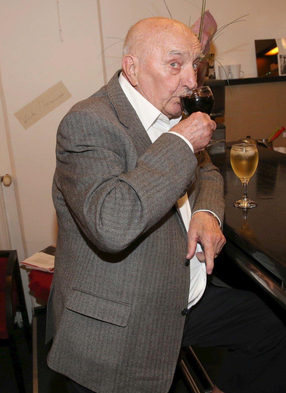 Josef Somr popíjel víno na baru