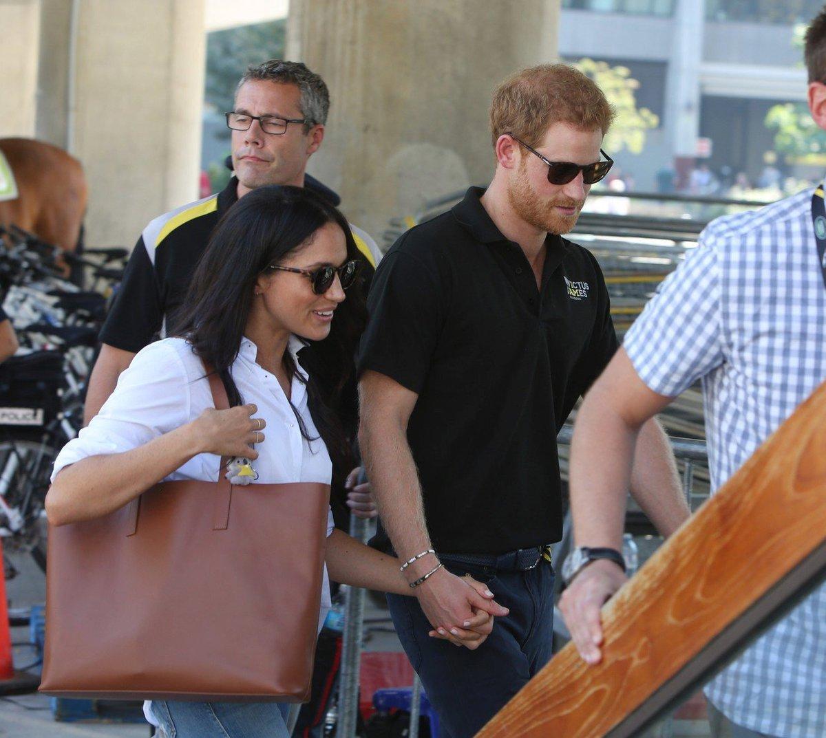 Princ Harry a Meghan Markle se na veřejnosti drželi za ruce