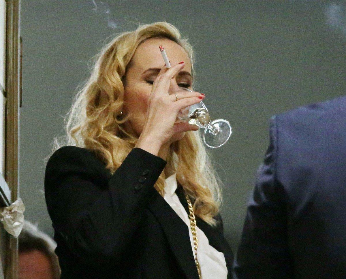 Monika s cigaretou a sklenkou vína.