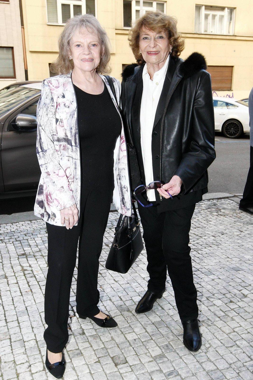 Yvetta Simonová brzy oslaví 89. narozeniny. Když se v roce 1961 poprvé setkala s Evou Pilarovou, která přišla do Prahy z Brna, okamžitě ji vzala pod svá ochranná křídla. Přátelí se spolu dodnes.