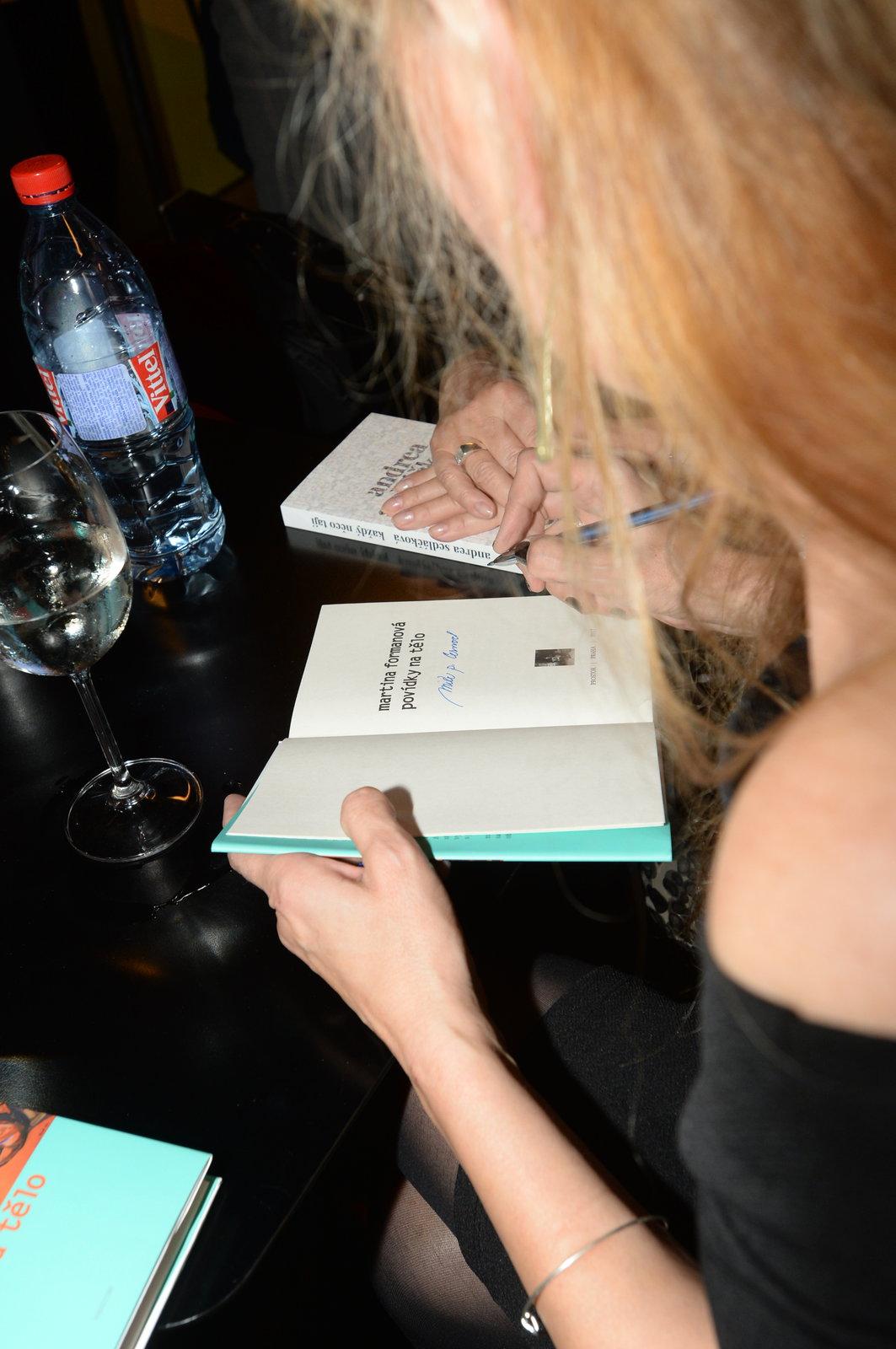 Martina Formanová podepisuje svou knihu