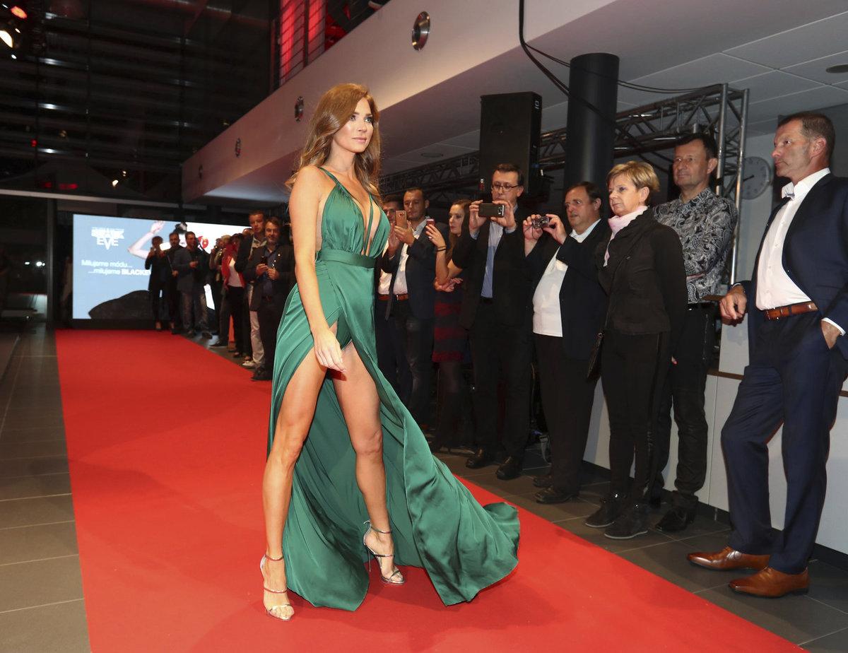 Andrea Verešová na módní přehlídce v zelených šatech odhalila vše.