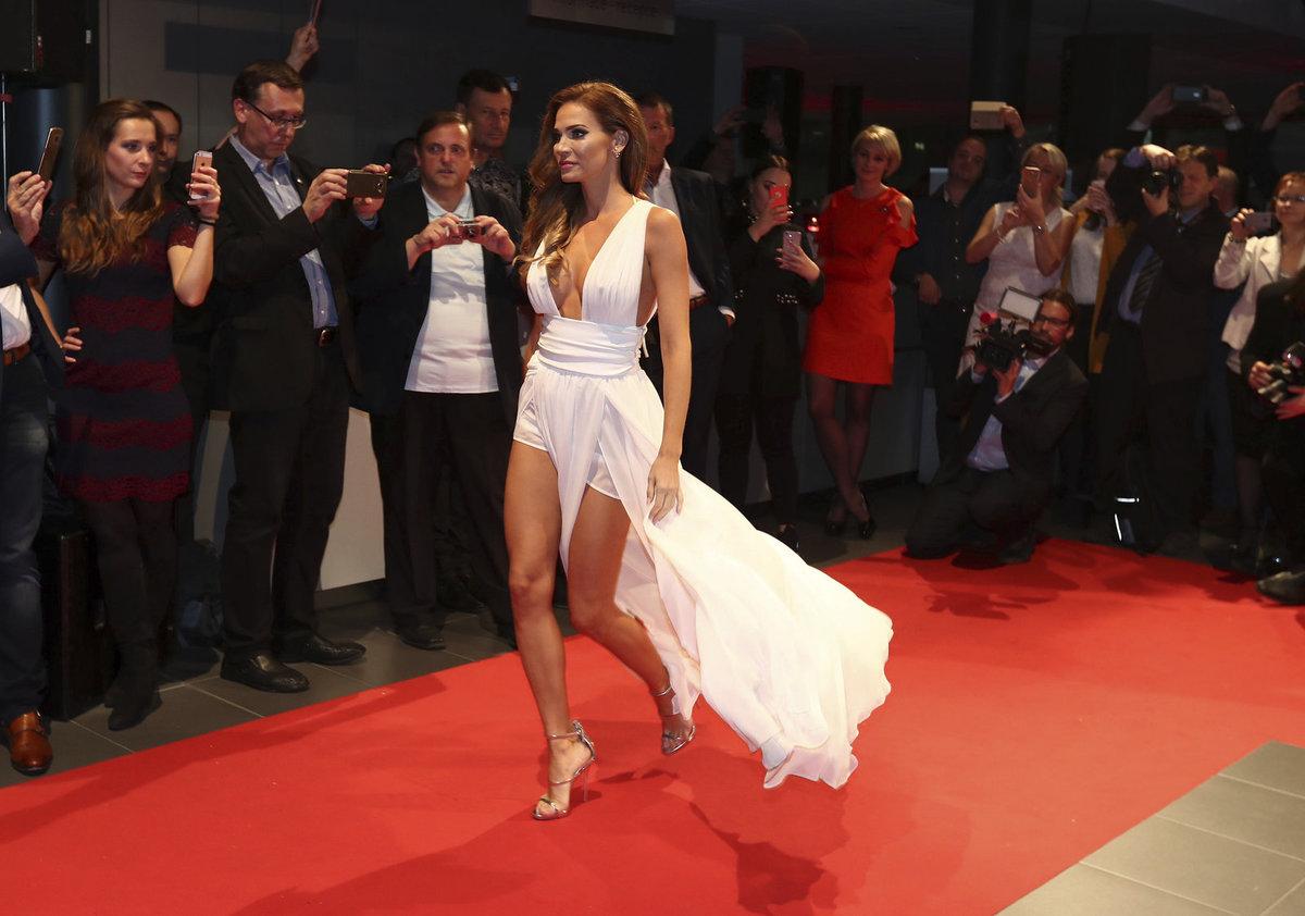 Andrea Verešová na módní přehlídce v bílých šatech.