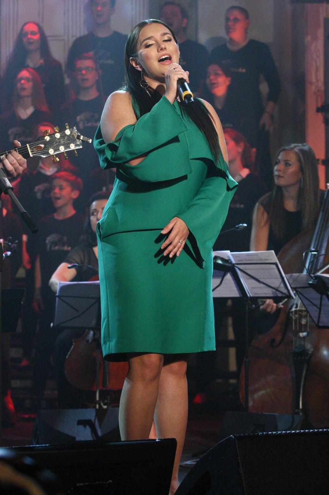 Ewa Farna v zelených šatech, které ji přidaly na kilech na koncertě Světlo pro Světlušku.