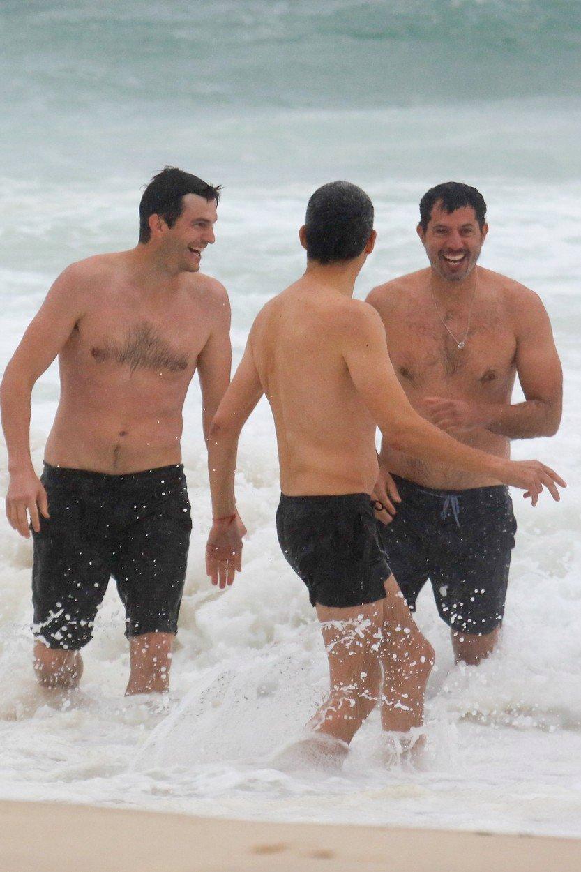 Ashton Kutcher a Guy Oseary dováděli v plavkách ve vlnách