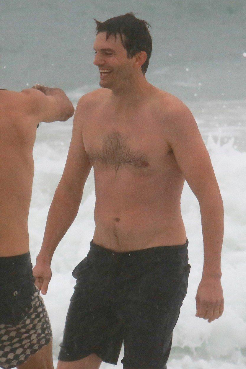 Ashton Kutcher dováděl v plavkách ve vlnách