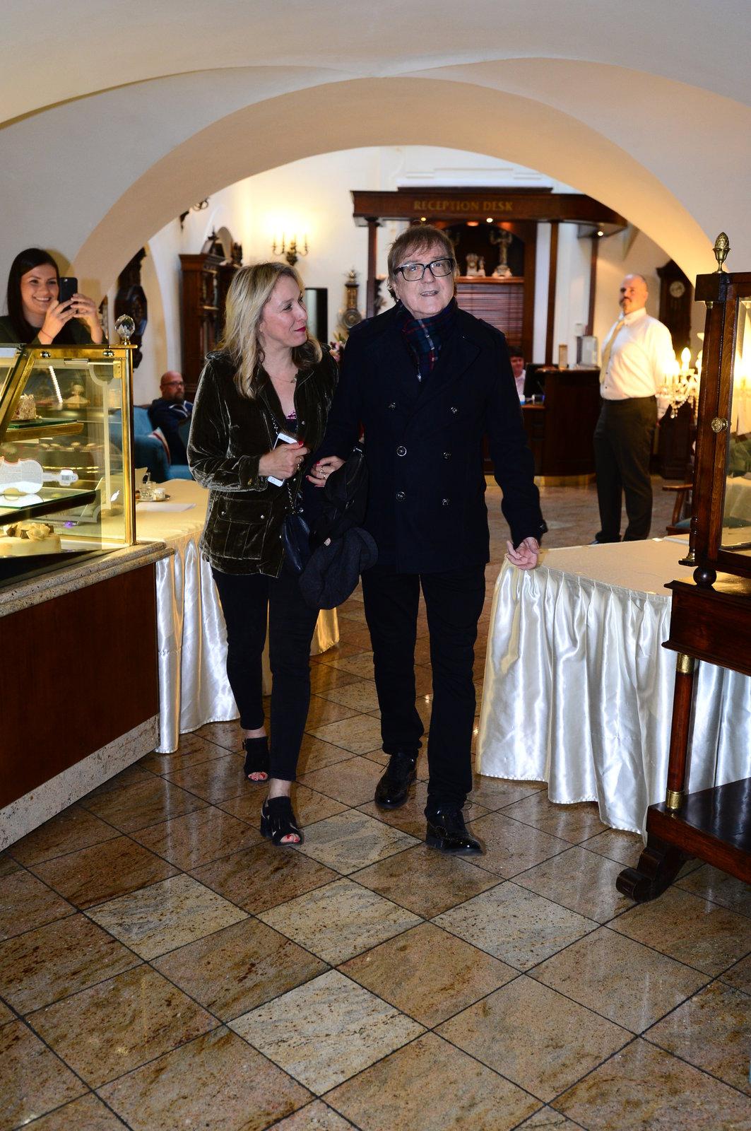 Kateřina Žbirková přichází s nicnetušícím manželem na oslavu.