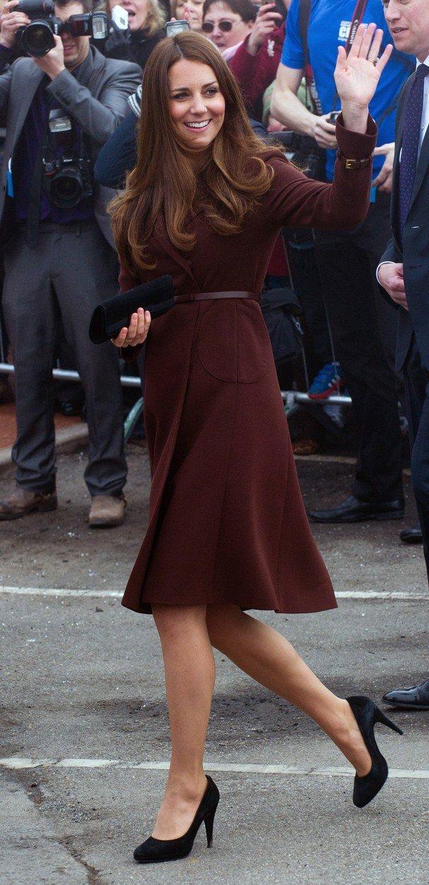 2013 - V hnědém kabátku s páskem.
