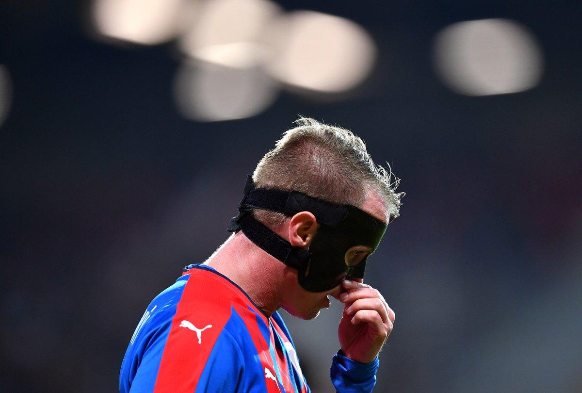 David Limberský nastupuje po zranění s maskou na obličeji