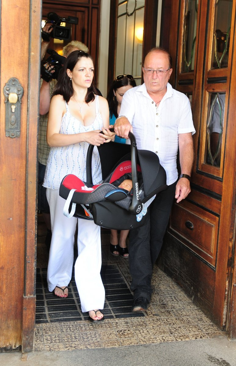 Alice a Petr Jandovi si společně odnášejí svou dceru Anežku z porodnice