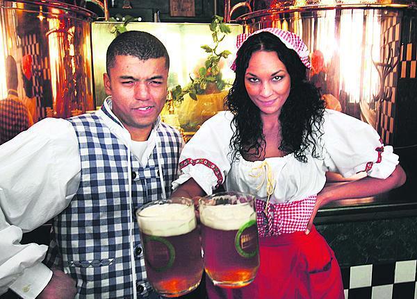 2008. S Rayem Korantengem v parodii na bierfest.